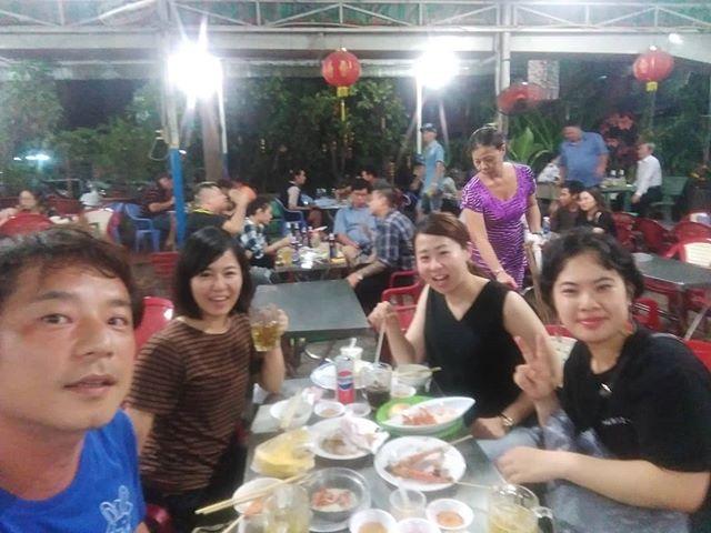 昨夜はうさぎやのお客様とベトナム在住の友達と、ローカルレストランに夕食へ♪お客様のお話を聞いていると、なんと日本で働いてたとき仕事で関わってた方とお知り合い…Σ(゚ロ゚;)懐かしい話と世間の狭さを感じました。ともちゃん、僕はここで元気にやってますよ!.ホーチミンの日本人ゲストハウス兎家(うさぎや)ゲストハウスusagiyah.com.#usagiyah #日本人宿 #ゲストハウス #ドミトリー #Guesthouse #ベトナム #Vietnam #ホーチミン #hochiminh #バックパッカー #backpacker #girlstravel #タビジョ #バックパッカー女子 #一人旅 #海外旅行 #海外 #旅好きの人と繋がりたい #フォトジェニック #photogenic #インスタ映え #インスタジェニック #ローカル料理 #ローカルレストラン #ローカル #思い出 #懐かしい #元気ですか?