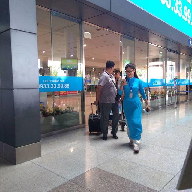今日は空港までお客様のピックアップ。ホーチミン市内の真ん中にあるタンソンニャット国際空港は、うさぎやからタクシーで30分ほどの位置にあります。ベトナム最大の都市にあるにも関わらず、かなり小さな空港です。新しい空港建設も決まってますが、ここはベトナム、いったいいつできるのやら…笑でも早くできてしまうと新しい空港はうさぎやから遠くなっちゃうので、できるだけゆっくり造って欲しいものです。うさぎやでは有料ではありますが、ピックアップサービスもやってますのでお気軽にお尋ねくださいね。.ホーチミンの日本人ゲストハウス兎家(うさぎや)ゲストハウスusagiyah.com.#usagiyah #日本人宿 #ゲストハウス #ドミトリー #Guesthouse #ベトナム #Vietnam #ホーチミン #hochiminh #バックパッカー #backpacker #girlstravel #タビジョ #バックパッカー女子 #一人旅 #海外旅行 #海外 #旅好きの人と繋がりたい #フォトジェニック #photogenic #インスタ映え #インスタジェニック #タンソンニャット国際空港 #空港 #ピックアップ #サービス #お迎え
