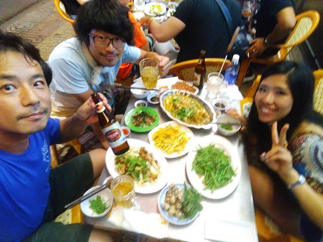 ローカルなベトナム料理のお店はローカル価格なので激安!ベトナムに慣れてないとなかなか行きずらいですよね?でも座ってみれば意外にすんなりです。お店によっては英語のメニューがあるところも♪従業員はベトナム語でガンガン話しかけてきますけどね(笑).ホーチミンの日本人ゲストハウス兎家(うさぎや)ゲストハウスusagiyah.comLINE ID: usagiyahご予約、お問い合わせはLINEからでもOKです♪.#usagiyah #日本人宿 #ゲストハウス #ドミトリー #Guesthouse #ベトナム #Vietnam #ホーチミン #hochiminh #バックパッカー #backpacker #girlstravel #タビジョ #バックパッカー女子 #一人旅 #海外旅行 #海外 #旅好きの人と繋がりたい #フォトジェニック #photogenic #インスタ映え #インスタジェニック #ローカル料理 #ベトナム料理 #ローカルレストラン #ベトナム語 #屋台 #路上