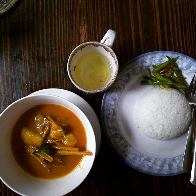 ランチにグエンティミンカイ通りの路地(ベトナム語でヘム)にあるカフェへ♪この路地は日本人の長期滞在者がたくさん住んでいる場所です。ランチ限定でカレーをやってました!チキンカレー、ベジカレーが45,000VND(約220円)♪こんな安くて美味しいランチが食べられるのもホーチミンだからですね☆.ホーチミンの日本人ゲストハウス兎家(うさぎや)ゲストハウスusagiyah.comLINE ID: usagiyahご予約、お問い合わせはLINEからでもOKです♪.#usagiyah #日本人宿 #ゲストハウス #ドミトリー #Guesthouse #ベトナム #Vietnam #ホーチミン #hochiminh #バックパッカー #backpacker #girlstravel #タビジョ #バックパッカー女子 #一人旅 #海外旅行 #海外 #旅好きの人と繋がりたい #フォトジェニック #photogenic #インスタ映え #インスタジェニック #ランチ #路地 #カフェ #カレー #チキンカレー #ベジタリアン