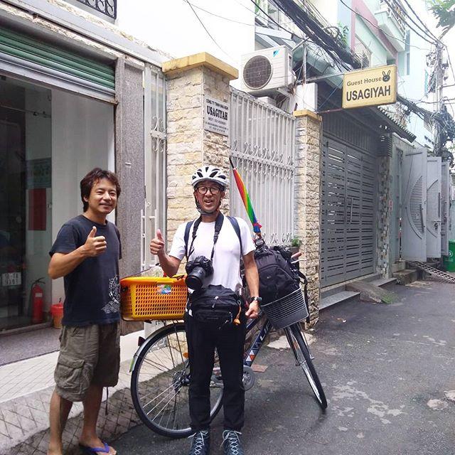 バイクでベトナム縦断する旅人を見送ること10人近く。今までいそうでいなかった方からご相談を受けていました。はい、そうです。自転車(ママチャリ)縦断です!ホーチミンからハノイまで約1,800km、これは福岡から青森くらいの距離に相当します。バイクでも大変なのに、日本でも大変なのに、なぜに彼はやってみようと思ったのか…。この後の彼のFacebookに注目せざるをえません。.彼はこれからハノイまで自転車で行くよって伝えたときのスタッフの驚いた顔は忘れられません(笑)「日本人は変です…(゚o゚;」.ホーチミンの日本人ゲストハウス兎家(うさぎや)ゲストハウスusagiyah.comLINE ID: usagiyahご予約、お問い合わせはLINEからでもOKです♪.#usagiyah #日本人宿 #ゲストハウス #ドミトリー #Guesthouse #ベトナム #Vietnam #ホーチミン #hochiminh #バックパッカー #backpacker #girlstravel #タビジョ #バックパッカー女子 #一人旅 #海外旅行 #海外 #旅好きの人と繋がりたい #フォトジェニック #photogenic #インスタ映え #インスタジェニック #ベトナム縦断 #自転車 #ママチャリ #旅人 #旅 #