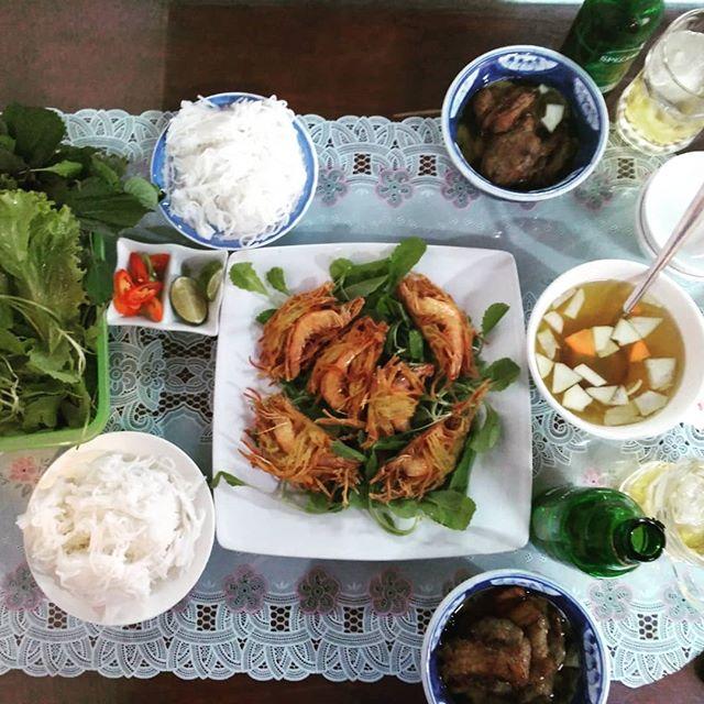 ベトナムは麺料理がとても多い!ベトナムの麺といえばフォーですが、今日はブンチャーという麺料理を食べに行きました。ブンチャーはハノイの麺料理ですが、ホーチミンでも専門店がいくつかあります。ブンチャーはブンという米の麺をスープにつけて食べます。ベトナム版つけ麺ですね♪最初はどうやって食べたらいいかわからないと思いますが、周りの人の食べ方を見よう見まねでやってみてください。間違った食べ方なんてないので、気にせず食べちゃって〜ヽ(・∀・)ノここのお店、なんと42,000VND(約210円)で食べられます♪なぜかわかりませんが、他の麺料理と比べてブンチャーはどこも割安です。でも味は間違いないですよー!ベトナムにお越しの際はぜひ食べてみてください( ゚д゚)ンマッ!.ホーチミンの日本人ゲストハウス兎家(うさぎや)ゲストハウスusagiyah.comLINE ID: usagiyahご予約、お問い合わせはLINEからでもOKです♪.#usagiyah #日本人宿 #ゲストハウス #ドミトリー #Guesthouse #ベトナム #Vietnam #ホーチミン #hochiminh #バックパッカー #backpacker #girlstravel #タビジョ #バックパッカー女子 #一人旅 #海外旅行 #海外 #旅好きの人と繋がりたい #フォトジェニック #photogenic #インスタ映え #インスタジェニック #ベトナム料理 #麺 #ブンチャー #フォー #麺料理 #ブン