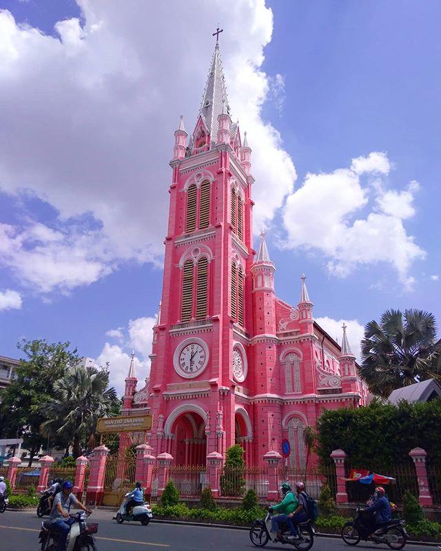 ピンクの教会で有名なタンディン教会。インスタ映えすることで一気に有名になりました。あまりの人気に今までは解放してたんですが、残念ながら現在はミサの時間しか中には入れないようです。外から見るだけでも充分キレイですね。この教会、サイゴン大聖堂の次に大きい教会だそうです。フランスの統治時代にホーチミンにはたくさんの教会がつくられました。その影響で仏教徒が多いベトナムの中でホーチミンだけはかなりのキリスト教徒がいるそうです。.ホーチミンの日本人ゲストハウス兎家(うさぎや)ゲストハウスusagiyah.comLINE ID: usagiyahご予約、お問い合わせはLINEからでもOKです♪.#usagiyah #日本人宿 #ゲストハウス #ドミトリー #Guesthouse #ベトナム #Vietnam #ホーチミン #hochiminh #バックパッカー #backpacker #girlstravel #タビジョ #バックパッカー女子 #一人旅 #海外旅行 #海外 #旅好きの人と繋がりたい #フォトジェニック #photogenic #インスタ映え #インスタジェニック #タンディン教会 #ピンク #ピンクの教会 #インスタ映え #教会 #観光