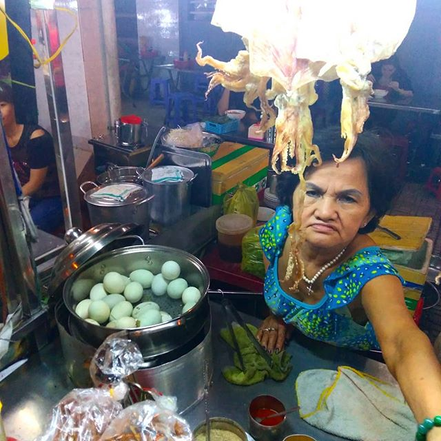 ホビロンって知ってます??フィリピンではバロットといいます。ええ、アヒルの卵です。しかも産まれる直前の…。.うさぎやから歩いて数分のところに夜だけ出る屋台。産まれかけのアヒルの卵を蒸した料理です。見た目はグロいですが、塩レモンで食べるとこれまた美味いんです!ホーチミンにお越しの際はぜひ挑戦してみてくださいヽ(・∀・)ノ.ホーチミンの日本人ゲストハウス兎家(うさぎや)ゲストハウスusagiyah.comLINE ID: usagiyahご予約、お問い合わせはLINEからでもOKです♪.#usagiyah #日本人宿 #ゲストハウス #ドミトリー #Guesthouse #ベトナム #Vietnam #ホーチミン #hochiminh #バックパッカー #backpacker #girlstravel #タビジョ #バックパッカー女子 #一人旅 #海外旅行 #海外 #旅好きの人と繋がりたい #フォトジェニック #photogenic #インスタ映え #インスタジェニック #ベトナム料理 #ローカル料理 #ホビロン #バロット #アヒル #アヒルの卵