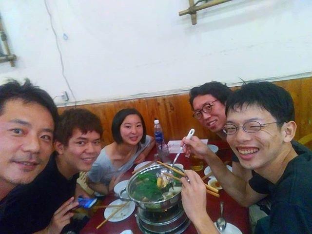 ベトナム南部の名物料理のヤギ鍋!お客様とよく行くお店ですが、今日はお店のスタッフがベトナム語でメニューについてなにか話かけてきました。ちょっとしかベトナム語がわからないので、いつも適当に答えてます。が…、今回は適当に返事してたらえらいものが…(;´Д`)鍋の具材にいつもない卵があるなーって思ってたら、スタッフがパカッと開けた中身は…。完全に閲覧注意ですil||li(つд-。)il||liまだ動いていたことは秘密です…(´;ω;`).ホーチミンの日本人ゲストハウス兎家(うさぎや)ゲストハウスusagiyah.comLINE ID: usagiyahご予約、お問い合わせはLINEからでもOKです♪.#usagiyah #日本人宿 #ゲストハウス #ドミトリー #Guesthouse #ベトナム #Vietnam #ホーチミン #hochiminh #バックパッカー #backpacker #girlstravel #タビジョ #バックパッカー女子 #一人旅 #海外旅行 #海外 #旅好きの人と繋がりたい #フォトジェニック #photogenic #インスタ映え #インスタジェニック #ヤギ #ヤギ鍋 #ヤギ肉 #ベトナム料理 #山羊 #レストラン