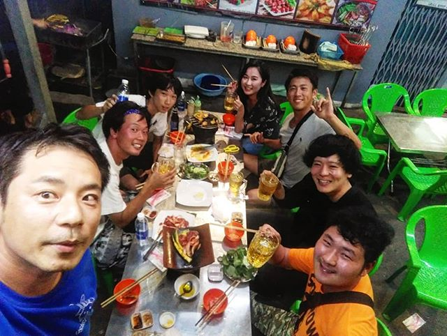 近所のいつものローカル焼肉かーらーのーテラスで乾杯!いつものことながらメンバーが替わるといつも楽しい♪毎日が新鮮で毎日違うヽ(・∀・)ノやってることは同じなんですけどね笑.ホーチミンの日本人ゲストハウス兎家(うさぎや)ゲストハウスusagiyah.comLINE ID: usagiyahご予約、お問い合わせはLINEからでもOKです♪.#usagiyah #日本人宿 #ゲストハウス #ドミトリー #Guesthouse # #Vietnam #ホーチミン #hochiminh #バックパッカー #backpacker #girlstravel #_タビジョ #バックパッカー女子 #一人旅 #旅行 #海外 #旅好きの人と繋がりたい #フォトジェニック #photgenic #インスタ映え #インスタジェニック #ベトナム料理 #ローカル #焼肉 #バーベキュー #bbq #飲み会