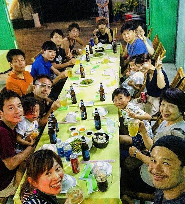 夏休みなって学生のお客様もたくさんお越しいただいています!だんだん人数も増えてきて、みんなで食事に行くのも楽しいですね♪昨日から友達家族が泊まりにきてくれていてみんなでベトナム料理ですヽ(・∀・)ノ友達の子供たちはベトナム料理に興味津々。なかでもカエルのフライは取り合いになるほど(笑)育ちの良さがわかります♡♡立派なバックパッカーになってくれそうですね♪.ホーチミンの日本人ゲストハウス兎家(うさぎや)ゲストハウスusagiyah.comLINE ID: usagiyahご予約、お問い合わせはLINEからでもOKです♪.#usagiyah #日本人宿 #ゲストハウス #ドミトリー #Guesthouse # #Vietnam #ホーチミン #hochiminh #バックパッカー #backpacker #girlstravel #_タビジョ #バックパッカー女子 #一人旅 #旅行 #海外 #旅好きの人と繋がりたい #フォトジェニック #photgenic #インスタ映え #インスタジェニック #ベトナム料理 #ローカル #ローカル料理 #食事会 #宴会 #飲み会