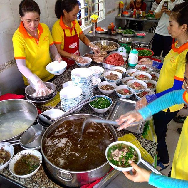 ホーチミンのフォーは数あれど、個人的にはこのお店がピカイチです。何度か通ってはいますが、開いている時間が朝5時から11時くらいまで(スープ終了まで)なので、だいたいいつも仕事前に食べに行きます。牛骨でとったスープはあっさりしながらコクがある、北部のフォーに近い味です。場所は中心地から離れていて、朝しかやってないというのはなかなか行きずらいですが、一度は行ってみるときっとまた足を運ぶことになるでしょう。同じ名前のお店が2軒並んでますが、左のお店をオススメします(^_-)-☆.ホーチミンの日本人ゲストハウス兎家(うさぎや)ゲストハウスusagiyah.comLINE ID: usagiyahご予約、お問い合わせはLINEからでもOKです♪.#usagiyah #日本人宿 #ゲストハウス #ドミトリー #Guesthouse #ホーチミンゲストハウス #Vietnam #ホーチミン #hochiminh #バックパッカー #backpacker #girlstravel #タビジョ #バックパッカー女子 #一人旅 #旅行 #海外 #旅好きの人と繋がりたい #フォトジェニック #photgenic #インスタ映え #インスタジェニック #フォー #レストラン #ローカルレストラン #pho #ベトナム料理 #ローカル