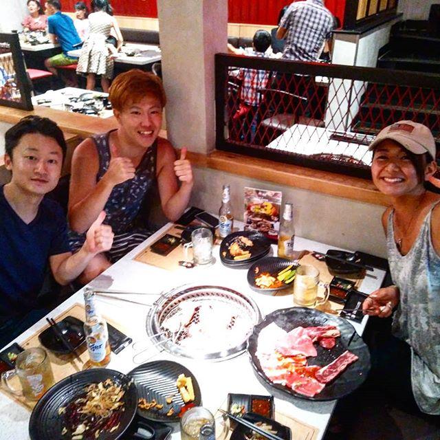 肉がめっちゃ食いたい!というお客様の要望により、焼肉食べ放題のお店に行きました。うさぎやから歩いて5分くらいのところに最近できた日本式焼肉店。気になってたので一度行ってみたかったんです♪日本式といえどベトナム人を対象としているので英語がどうも通じない。僕の拙いベトナム語もなかなか通じない。あえて言うならオペレーションが悪くて注文しても何度も同じ内容を確認される。。。頼んだビールがいつまで経っても来ない。。。スタッフが無駄に多いのにも関わらず、仕事が分業制なのか段取りが悪い。。。これでは味に期待できないなぁと思ったら案の定でした。炭火が弱過ぎて全然焼けないうえ、牛肉はめちゃくちゃ堅くて焼くとビーフジャーキー(笑)頼んだオーダーがなかなか来なくてちょっとありえない酷さでした…。こんなところに連れてってホントすいません(´;ω;`)リベンジさせてください…orz