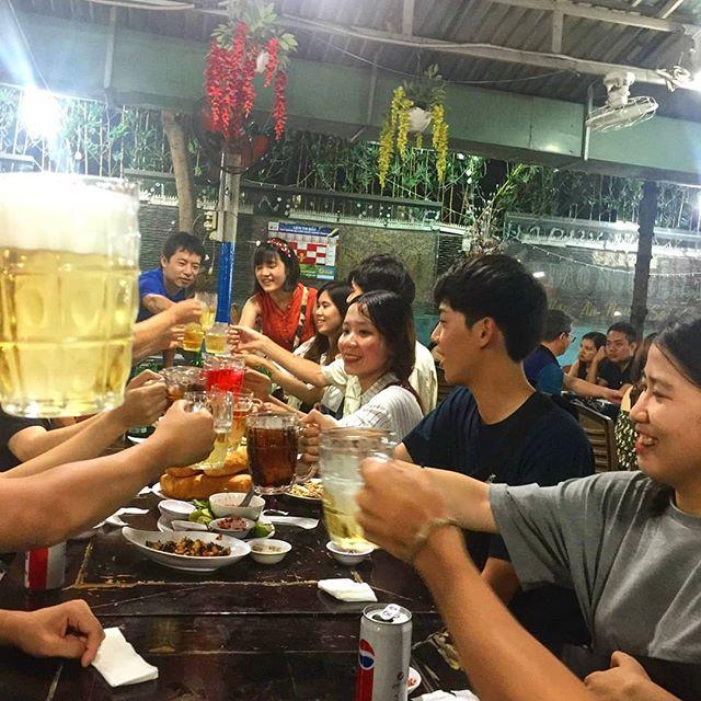 日本語を学ぶベトナムの学生とうさぎや宿泊のお客様との交流会をしました。ベトナムは親日の方が多く、たくさんのベトナム人が日本語を学んでいます。ですが彼らは日本人に出会うことがあまりなく、ネイティブな日本語をほとんど知りません。そんな彼らのために時々うさぎやのお客様をお誘いして交流会を行っています。日本語のレベルはそれぞれですが、みんな一生懸命日本語で話してくれます。ベトナム人と日本人がもっともっと仲良くなればいいなぁ。そして日本人がもっともっとベトナムを好きになってほしいと思います。.うさぎやでは不定期に日本語を学ぶベトナム人との交流会を行っています。うさぎやにお泊まりの際にこんな機会がありましたら、ぜひともご参加ください!.ホーチミンの日本人ゲストハウス兎家(うさぎや)ゲストハウスusagiyah.comLINE ID: usagiyahご予約、お問い合わせはLINEからでもOKです♪.#usagiyah #日本人宿 #ゲストハウス #ドミトリー #Guesthouse #ホーチミンゲストハウス #Vietnam #ホーチミン #hochiminh #バックパッカー #backpacker #girlstravel #タビジョ #バックパッカー女子 #一人旅 #旅行 #海外 #旅好きの人と繋がりたい #フォトジェニック #photgenic #インスタ映え #インスタジェニック #ベトナム人 #日本人 #交流会 #日本語 #ネイティブ #食事会