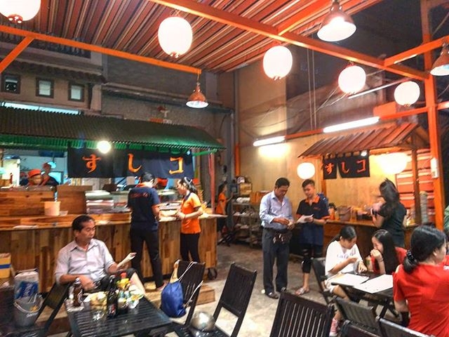 ホーチミン駐在員の中では抜群の知名度を誇る路上寿司屋、すしコ。ガイドブックには載っていない名店です。ホーチミン中心地から離れた4区にあり、ローカルレストラン街にお店を構えています。日本人職人は全く入っていない寿司屋にもかかわらず、本当に美味しいお寿司が出てきます。4区という土地柄(ベトナム人に聞くと治安の悪いところ)で路上寿司というと抵抗がある方もいるようですが、これほどのクオリティとローカル価格は他のお店では出せない代物です。日本を長く離れて日本食が恋しくなったら、ホーチミンのローカルな寿司屋はいかがですか?財布に優しくて美味しいお寿司、ホーチミンNO.1といっても過言ではありません(*ˊᵕˋ*).ホーチミンの日本人ゲストハウス兎家(うさぎや)ゲストハウスusagiyah.comLINE ID: usagiyahご予約、お問い合わせはLINEからでもOKです♪.#usagiyah #日本人宿 #ゲストハウス #ドミトリー #Guesthouse #ホーチミンゲストハウス #Vietnam #ホーチミン #hochiminh #バックパッカー #backpacker #girlstravel #タビジョ #バックパッカー女子 #一人旅 #旅行 #海外 #旅好きの人と繋がりたい #フォトジェニック #photgenic #インスタ映え #インスタジェニック #日本食 #寿司 #すしコ #路上寿司 #路上レストラン #ローカルレストラン
