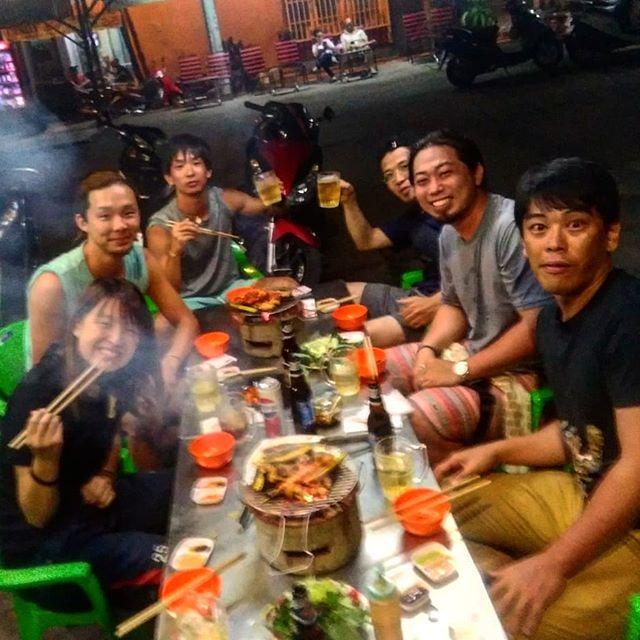 うさぎやで焼肉行こう!となったら鉄板のこのお店。完全ローカルで外国人なんてうさぎやお客様しか絶対来ない。当然メニューもベトナム語のみでスタッフもベトナム語ONLY!でもなんとなく適当に頼んでも出てくるお肉が全部美味しいんです*(^o^)/*ベトナムでは牛肉はあまり美味しくなく、こういうところは豚肉に限ります♪炭火で焼くなんて高級焼肉!?いえ、飲んで食って1人1000円超えることなんてないですから(人´∀、`〃)。o○(オイチイ♪)ホーチミンの日本人ゲストハウス兎家(うさぎや)ゲストハウスusagiyah.comLINE ID: usagiyahご予約、お問い合わせはLINEからでもOKです♪.#usagiyah #日本人宿 #ゲストハウス #ドミトリー #Guesthouse #ホーチミンゲストハウス #Vietnam #ホーチミン #hochiminh #バックパッカー #backpacker #girlstravel #タビジョ #バックパッカー女子 #一人旅 #旅行 #海外 #旅好きの人と繋がりたい #フォトジェニック #photgenic #インスタ映え #インスタジェニック #焼肉 #バーベキュー #焼肉屋 #レストラン #ローカル #せんべろ