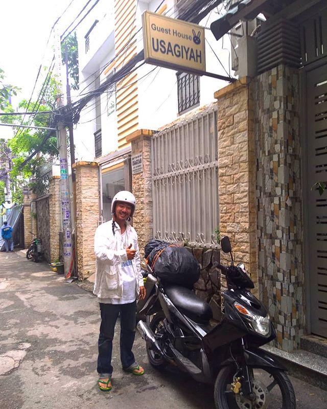 ホーチミンからハノイまでバイク旅の旅人を送るのはこの1年でもう10人くらい。彼は日本を離れて2年くらいになるそうです。無事にハノイまで辿り着いてくれることを祈ります。一番の難敵は太陽!これからベトナムバイク縦断度をしたい方は長袖長ズボンを用意してきてくださいね。マジで尋常ではない日焼けが待ってます(水膨れもします)。. ホーチミンの日本人ゲストハウス兎家(うさぎや)ゲストハウスusagiyah.comLINE ID: usagiyahご予約、お問い合わせはLINEからでもOKです♪.#usagiyah #日本人宿 #ゲストハウス #ドミトリー #Guesthouse #ホーチミンゲストハウス #Vietnam #ホーチミン #hochiminh #バックパッカー #backpacker #girlstravel #タビジョ #バックパッカー女子 #一人旅 #旅行 #海外 #旅好きの人と繋がりたい #フォトジェニック #photgenic #インスタ映え #インスタジェニック #バイク #ベトナム縦断 #バイク旅 #ツーリング #日焼け #ハノイ