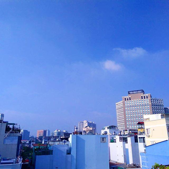 来た!たぶん来た!!ふふふふふ( ̄∇ ̄*)♪.おそらく乾季突入です!昨日はちょっと振りましたが、この一週間で雨は1度だけ。待ちに待った乾季がやってきたようです。今朝のホーチミンは快晴観光シーズン突入です♪今ならまだ飛行機代も安いので、ホーチミンに遊びにきませんか?日本から飛行機で5時間、日本から結構近いぞホーチミン!.ホーチミンの日本人ゲストハウス兎家(うさぎや)ゲストハウスusagiyah.comLINE ID: usagiyahご予約、お問い合わせはLINEからでもOKです♪.#usagiyah #日本人宿 #ゲストハウス #ドミトリー #Guesthouse #ホーチミンゲストハウス #Vietnam #ホーチミン #hochiminh #バックパッカー #backpacker #girlstravel #タビジョ #バックパッカー女子 #一人旅 #旅行 #海外 #旅好きの人と繋がりたい #フォトジェニック #photgenic #インスタ映え #インスタジェニック #乾季 #観光シーズン #観光 #雨季 #ピーカン #晴れ