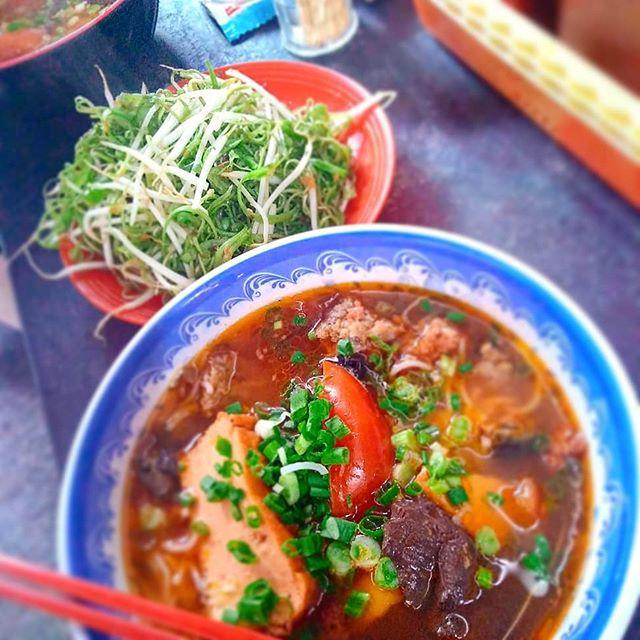 うさぎやから歩いてちょっと。グエンチャイ通りに出たところにある麺料理屋台に行ってみました。うちのスタッフが美味しいって何度もテイクアウトしてくるので、ランチに食べに行ってみました。ブンリュウというスープにバンカンという麺を入れて食べます。ブンリュウはカニ出汁のスープでとても味が濃く、麺に絡んでめちゃめちゃ美味しい!これが屋台で出せる味!?しかも1杯20,000VND(約100円)!ほんとベトナムの屋台はレベル高いなぁ。.ホーチミンの日本人ゲストハウス兎家(うさぎや)ゲストハウスusagiyah.comLINE ID: usagiyahご予約、お問い合わせはLINEからでもOKです♪.#usagiyah #日本人宿 #ゲストハウス #ドミトリー #Guesthouse #ホーチミンゲストハウス #Vietnam #ホーチミン #hochiminh #バックパッカー #backpacker #girlstravel #タビジョ #バックパッカー女子 #一人旅 #旅行 #海外 #旅好きの人と繋がりたい #フォトジェニック #photgenic #インスタ映え #インスタジェニック #ブンリュウ #バンカン #フォー #ベトナム料理 #屋台 #カニ
