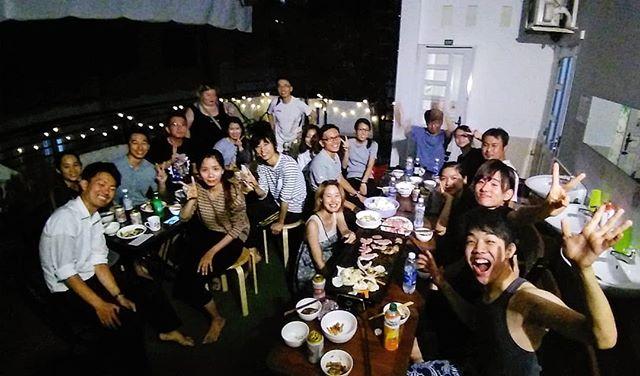 日本語を学ぶベトナム学生との交流会!うさぎやテラスでバーベキューをしました♪ベトナムでは日本語を勉強している人達が本当に多いんです。ですが、彼女たちはネイティブな日本語にふれることはあまりありません。そんな彼女たちと日本人のお客様を繋げる交流会。双方にいい経験になったんじゃないでしょうか(*´ω`*).ホーチミンの日本人ゲストハウス兎家(うさぎや)ゲストハウスusagiyah.comLINE ID: usagiyahご予約、お問い合わせはLINEからでもOKです♪.#usagiyah #日本人宿 #ゲストハウス #ドミトリー #Guesthouse #ホーチミンゲストハウス #Vietnam #ホーチミン #hochiminh #バックパッカー #backpacker #girlstravel #タビジョ #バックパッカー女子 #一人旅 #旅行 #海外 #旅好きの人と繋がりたい #フォトジェニック #photgenic #インスタ映え #インスタジェニック #交流会 #日本語 #バーベキュー #bbq #ネイティブ #語学