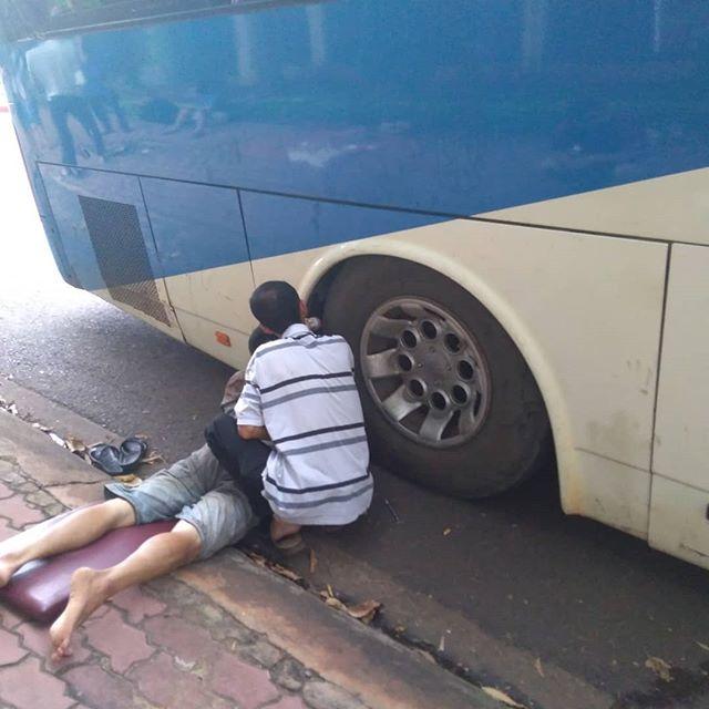 ラオスまでの道、第2話。昨日の午前10時頃に応急処置して何処かへ走り去ったバス。果たして今日こそラオスにたどり着けるのか!?.移動メモ10:00バス修理完了し、迎えに来る10:10 警察に止められる どうやら薪があかんよう(過積載?)10:30 またもや停車 パンク11:15 パンクではなくエアブレーキから空気漏れの様子16:15 修理終了 なぜか左リアを溶接してた16:30 再度左リアからエアー漏れ17:15 さっきまでいた食堂に戻る今夜は食堂に泊まり.やはりというか、なんというか。完全に過積載が原因の故障だと思われる。ぎゅうぎゅうに押し込んだナゾの薪はとんでもない重量になり、バスの足回りを次々と破壊。結果、昨日とほぼ変わらない場所でもう一泊。しかも今夜の宿は食堂の床。雑魚寝というよりほぼ難民。こんな状況でも誰一人としてバス会社の人達に文句言わないベトナム人。こいつらの心の広さは無限…。・゚・(ノД`)・゚・。.この時の様子はインスタプロフィールにあるストーリーをご覧下さい。.ホーチミンの日本人ゲストハウス兎家(うさぎや)ゲストハウスusagiyah.comLINE ID: usagiyahご予約、お問い合わせはLINEからでもOKです♪.#usagiyah #日本人宿 #ゲストハウス #ドミトリー #Guesthouse #ホーチミンゲストハウス #Vietnam #ホーチミン #hochiminh #バックパッカー #backpacker #girlstravel #タビジョ #バックパッカー女子 #一人旅 #旅行 #海外 #旅好きの人と繋がりたい #フォトジェニック #photgenic #インスタ映え #インスタジェニック # # # # # #