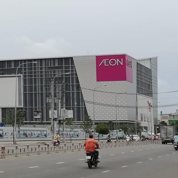 ベトナムにもあるイオン。ホーチミンのBinh Tan区にあるイオンモールに行ってきました。うさぎやからはちょっと遠くてバスで30分くらい行ったMien Tayバスターミナルから歩いて10分ちょい。ザクッと1時間弱かかりました。ベトナムにあってもイオンはイオン。完全にイオンです(笑)中に入ればほぼ日本!お店は当然違いますが、作りが日本!イオンのスーパーは食材豊富だし、もちろんトップバリューもある(こちらのトップバリューは高級品です)。ランチは4階のレストランエリアに行しました。意外に日本食は少なく、なぜかお店の半分くらいは鍋料理…(°д°)そしてこれまたなぜかラオス料理のお店でランチしました。ラーブと川魚の丸揚げをオーダーしまひたが、かなり美味しかった!いやー、またラオス行きたいなぁ。特にこれといった見どころはないんですが、日常品の買い物にはやっぱり便利ですね〜。郊外にあるのが難点ですが^^;短期旅行の方には魅力はないでしょうが、長期旅行の方には日本を思い出すのにいいスポットかも♪.ホーチミンの日本人ゲストハウス兎家(うさぎや)ゲストハウスusagiyah.comLINE ID: usagiyahご予約、お問い合わせはLINEからでもOKです♪#usagiyah #日本人宿 #ゲストハウス #ドミトリー #Guesthouse #ホーチミンゲストハウス #Vietnam #ホーチミン #hochiminh #バックパッカー #backpacker #girlstravel #タビジョ #バックパッカー女子 #一人旅 #旅行 #海外 #旅好きの人と繋がりたい #フォトジェニック #photgenic #インスタ映え #インスタジェニック #イオン #aeon #ショッピングモール #ビンタン区 #ベトナムのイオン