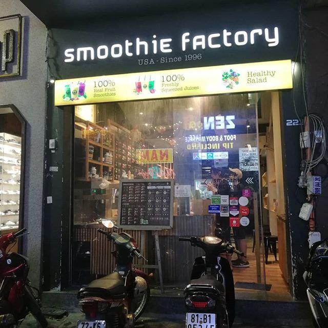 お客様に誘われてデタム通りにあるスムージーのお店に行ってきました。ベトナムではシントーという名前でいろんなスムージーが売っています。ローカルなお店のスムージーは基本的に果物をひとつ選ぶんですが、ここはいろいろな果物や野菜をミックスして作ってくれます。デトックス系スムージー、ウエイトダウン系スムージーなど、ちょっと意識高い系の人にはピッタリニーズかも!?その分ちょっとお値段は張りますが…。ベトナムコーヒーもいいですが、たまにはこういう健康志向的なドリンクもいいですね♪.ホーチミンの日本人ゲストハウス兎家(うさぎや)ゲストハウスusagiyah.comLINE ID: usagiyahご予約、お問い合わせはLINEからでもOKです♪#usagiyah #日本人宿 #ゲストハウス #ドミトリー #Guesthouse #ホーチミンゲストハウス #Vietnam #ホーチミン #hochiminh #バックパッカー #backpacker #girlstravel #タビジョ #バックパッカー女子 #一人旅 #旅行 #海外 #旅好きの人と繋がりたい #フォトジェニック #photgenic #インスタ映え #インスタジェニック #smoothie #スムージー #シントー #ミックスジュース #sinhto #健康ドリンク