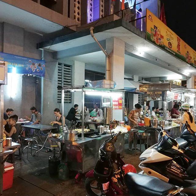 うさぎやから歩いて数分のところにあるタイビン市場。大きな市場ではないですが、バックパッカー街のブイビエン通りからすぐですが現地価格で買い物ができる市場です。その市場には夜になると屋台が並びます。ベトナムヌードル、ベトナム飲茶、ホビロン、バインミーなどなど。だいたいの屋台料理はここで食べられてしまいます。もちろん価格は現地価格!ベトナムヌードルのブンボーフエは30,000VND(約150円)でした。カニなどから取ったスープは絶品です☆夜にサクッと食べたいときには最適ですね(^_-)どのお店もテイクアウトもできますよ。.ホーチミンの日本人ゲストハウス兎家(うさぎや)ゲストハウスusagiyah.comLINE ID: usagiyahご予約、お問い合わせはLINEからでもOKです♪#usagiyah #日本人宿 #ゲストハウス #ドミトリー #Guesthouse #ホーチミンゲストハウス #Vietnam #ホーチミン #hochiminh #バックパッカー #backpacker #girlstravel #タビジョ #バックパッカー女子 #一人旅 #旅行 #海外 #旅好きの人と繋がりたい #フォトジェニック #photgenic #インスタ映え #インスタジェニック #屋台 #夜食 #ブンボーフエ #フォー #バインミー #ベトナム料理