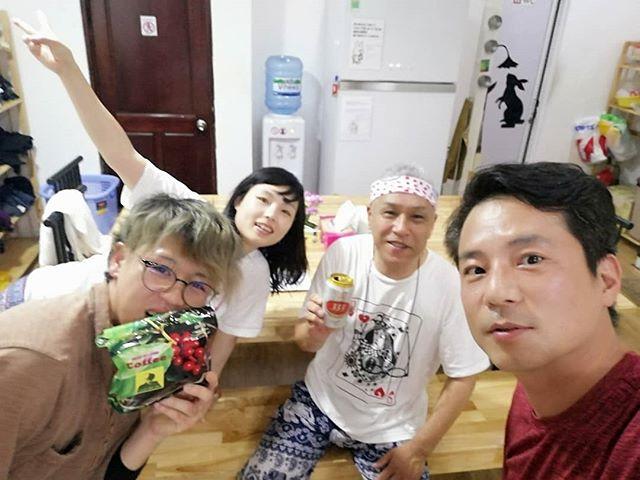 うさぎやリピーター、横手のおじさんこと高橋さんが再来訪してきただきました!昨年オープンしてまもなくお越しいただき、また今年も遊びに来ていただけました。60歳を軽く越えられてるのにホント元気で若い!高橋さんは秋田県横手市で歩空(ぽから)というコーヒー屋さんをされていて、時々海外にコーヒー豆を仕入れに出られるそうです。今回はもちろんベトナムコーヒーの仕入れですね。そして歩空特製コーヒーを頂きました!ベトナムコーヒーも美味しいんですが、やはり飲みなれた日本人向けのコーヒーが恋しい自分にはありがたい差し入れです♡まだまだ現役でがんばる高橋さんの歩空に来年くらいに行ってみようかと密かに思っています( *^艸^).ホーチミンの日本人ゲストハウス兎家(うさぎや)ゲストハウスusagiyah.comLINE ID: usagiyahご予約、お問い合わせはLINEからでもOKです♪#usagiyah #日本人宿 #ゲストハウス #ドミトリー #Guesthouse #ホーチミンゲストハウス #Vietnam #ホーチミン #hochiminh #バックパッカー #backpacker #girlstravel #タビジョ #バックパッカー女子 #一人旅 #旅行 #海外 #旅好きの人と繋がりたい #フォトジェニック #photgenic #インスタ映え #インスタジェニック #コーヒー #ベトナムコーヒー #喫茶店 #コーヒー屋さん #横手 #歩空