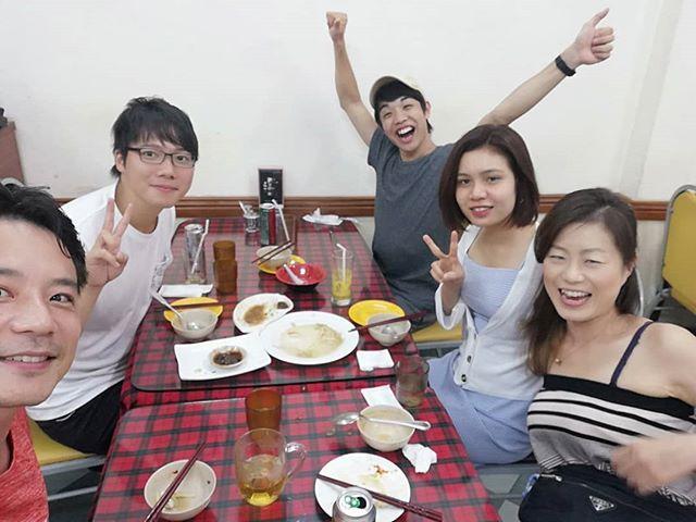 先日ランチに行った台湾料理にスタッフとお客様と行ってきました!人数が多いと頼める品数も増えますね。やはりどの料理も絶品でしたが、その中でも焼餃子と豚足煮はめちゃめちゃ美味しかったです! ビールが止まりません(笑)お客様にすればベトナムに来て台湾料理って…、てとこでしょうが、美味しかったので納得してもらえたかと(自己満)。たらふく食べてひとり200,000VND(約1,000円)でした。結論。ここは餃子と豚肉料理が一番美味い!ごちそうさまでしたm(_ _)m.ホーチミンの日本人ゲストハウス兎家(うさぎや)ゲストハウスusagiyah.comLINE ID: usagiyahご予約、お問い合わせはLINEからでもOKです♪#usagiyah #日本人宿 #ゲストハウス #ドミトリー #Guesthouse #ホーチミンゲストハウス #Vietnam #ホーチミン #hochiminh #バックパッカー #backpacker #girlstravel #タビジョ #バックパッカー女子 #一人旅 #旅行 #海外 #旅好きの人と繋がりたい #フォトジェニック #photgenic #インスタ映え #インスタジェニック #台湾料理 #中華料理 #餃子 #豚足 #水餃子 #焼餃子