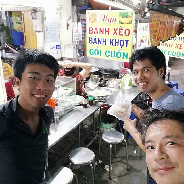 ベトナム風お好み焼きとガイドブックに書かれているバインセオ。ベトナム料理を代表する料理ではありますが、大衆的なベトナム料理店では食べられません。お好み焼きと同じで専門店でないと食べられないことが多いんですね。で、今回はお客様とどローカルなバインセオ専門店を探して行ってみました!ホーチミンに数あるバインセオ専門店ですが、さすがにここまでローカルなお店はガイドブックには載っていません。当然ベトナム語オンリーで英語は全く通じません。お店のおばさんもベトナム語だけでガンガン話しかけてきますが、メニューの数が少ないのでベトナム語がわからなくてもなんとか乗り切れるかも(笑)めちゃめちゃローカルだったので味は半信半疑でしたが、これがまた有名店に負けない美味しさでした!サイズは他店より小さめですが、味は全然負けてません。なんならちょっと勝ってるかもしれません(主観)生春巻き、バインコットという半分たこ焼きみたいなの、バインセオ、ビールをオーダー♪どれもこれも本当に美味しかった!これで1人100,000VND(約500円)でおつりがきましたΣ(゚ロ゚;)やはりローカルは安い!うさぎやから少し歩きますが、間違いなくリピートしますね(^_-).ホーチミンの日本人ゲストハウス兎家(うさぎや)ゲストハウスusagiyah.comLINE ID: usagiyahご予約、お問い合わせはLINEからでもOKです♪#usagiyah #日本人宿 #ゲストハウス #ドミトリー #Guesthouse #ホーチミンゲストハウス #Vietnam #ホーチミン #hochiminh #バックパッカー #backpacker #girlstravel #タビジョ #バックパッカー女子 #一人旅 #旅行 #海外 #旅好きの人と繋がりたい #フォトジェニック #photgenic #インスタ映え #インスタジェニック #バインセオ #バインセオ専門店 #ローカルレストラン #屋台 #生春巻き #バインコット