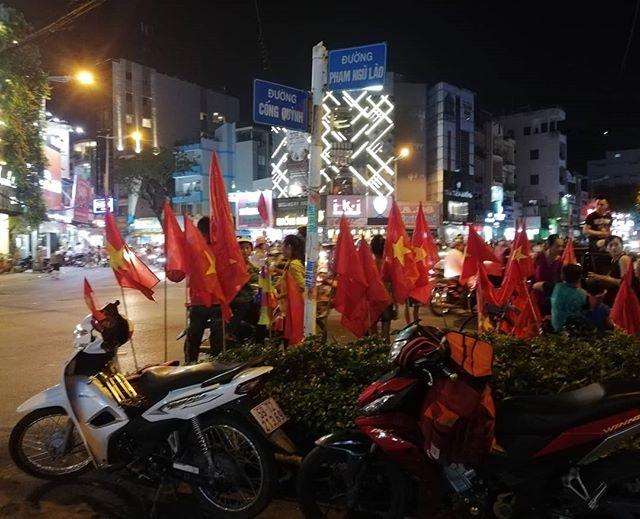 夕飯を食べに出かけると、なんだか外が騒がしい。ベトナム国旗があちらこちらで目に入る。バイクの爆音とともにベトナム国旗を振り回した若者が交差点に突入してくる。ブブゼラの音がそこかしこから響き渡る。ああ、サッカーだ…。うっかりしてた。今日やってたんだ。このところ、ベトナムのサッカー熱がとんでもないことになっています。日本並?いや、日本以上!もうサッカー代表戦は国民行事ですね。普段大人しいベトナム人たちはこの時とばかりはしゃぎ回ります。事故だけは気をつけてね〜^^;.ホーチミンの日本人ゲストハウス兎家(うさぎや)ゲストハウスusagiyah.comLINE ID: usagiyahご予約、お問い合わせはLINEからでもOKです♪#usagiyah #日本人宿 #ゲストハウス #ドミトリー #Guesthouse #ホーチミンゲストハウス #Vietnam #ホーチミン #hochiminh #バックパッカー #backpacker #girlstravel #タビジョ #バックパッカー女子 #一人旅 #旅行 #海外 #旅好きの人と繋がりたい #フォトジェニック #photgenic #インスタ映え #インスタジェニック #サッカー #サッカーベトナム代表 #ベトナムサッカー #ベトナム国旗 #ブブゼラ #ベトナム代表