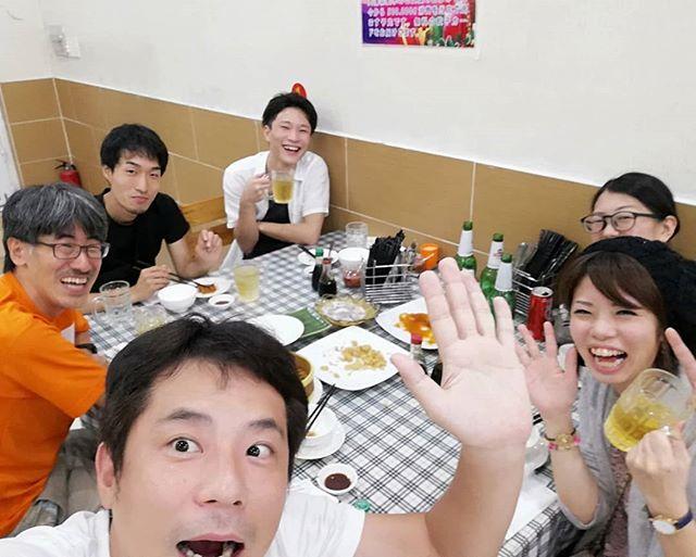 ホーチミンにはチョロンと呼ばれる中華街があります。中華街といっても横浜中華街や神戸南京町のような観光中華街ではありません。チョロンとはベトナム語で大きな市場という意味で、町全体が卸問屋のようなところです。そんな中華街にはもちろんたくさんの中華料理屋があり、中でも水餃子のお店は有名店がいくつもあります。ダイタンホアというこのお店も有名店のひとつ。入れば中国人のお客さんが何組もいました。もちろんこのお店の看板メニューは餃子です!水餃子、焼き餃子、蒸し餃子を豚肉、牛肉などの数種類の餃子からチョイスできます。水餃子が有名ですが、ビールのお供もにはやっぱり焼き餃子が一番ですね♪当然他のメニューも絶品です。小籠包だと思って注文したら小ぶりの豚まんだったのはご愛嬌ですね(笑).ホーチミンの日本人ゲストハウス兎家(うさぎや)ゲストハウスusagiyah.comLINE ID: usagiyahご予約、お問い合わせはLINEからでもOKです♪#usagiyah #日本人宿 #ゲストハウス #ドミトリー #Guesthouse #ホーチミンゲストハウス #Vietnam #ホーチミン #hochiminh #バックパッカー #backpacker #girlstravel #タビジョ #バックパッカー女子 #一人旅 #旅行 #海外 #旅好きの人と繋がりたい #フォトジェニック #photgenic #インスタ映え #インスタジェニック #チョロン #中華街 #ホーチミン5区 #中華料理 #餃子 #ホーチミンの餃子