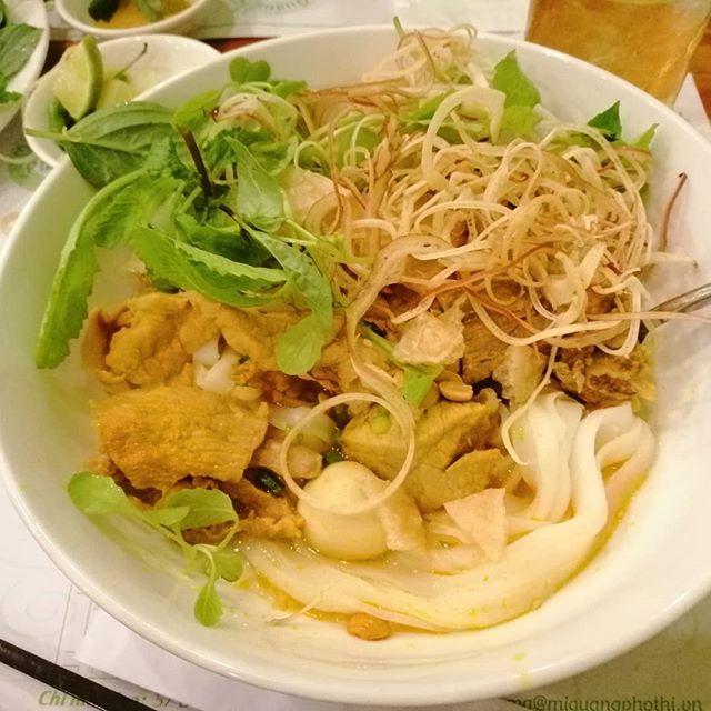 ベトナムは日本と同じく麺料理の種類が豊富です。ベトナムの麺は全部フォーだと思ってたりしませんか?麺の種類だけでもフォー、フーティウ、バンカン、ブン、ミーなどなど。それにスープが違ったり、具材が違ったりで数えきれないほどの麺料理があります。その中でもホーチミンでは珍しいミークワンという麺料理のお店に行きました。ミークワンとは中部ダナンの麺料理で、汁無し麺料理です。平打ちの麺に肉やエビ、野菜やピーナッツ、なぜか割った煎餅を入れ、甘辛のタレと混ぜ合わせて食べます。日本の麺料理だとなにに例えたらいいんでしょう?混ぜ麺?そのまま過ぎる?笑このミークワン、ホーチミンではあまり見かけない麺料理なんですが、うさぎやから歩いて行けるとこにありました。今まで完全に見落としてましたね〜笑甘辛タレと具材と麺をガッシャガッシャかき混ぜたら、味と食感が素晴らしい!この味は文字では表現が難しい…(という言い訳)。ぜひみなさんも食べて見てくださいね。.ホーチミンの日本人ゲストハウス兎家(うさぎや)ゲストハウスusagiyah.comLINE ID; usagiyahご予約、お問い合わせはLINEからでもOKです♪.#usagiyah #うさぎや #兎家 #兎家ゲストハウス #日本人宿 #ドミトリー #ゲストハウス #Guesthouse #ホーチミンゲストハウス #vietnam #ホーチミン #hochiminh #バックパッカー #backpacker #タビジョ #バックパッカー女子 #一人旅 #旅行 #海外旅行 #旅好きの人と繋がりたい #フォトジェニック #インスタ映え #ミークワン #ベトナム麺料理 #フォー #フーティウ #ブン #ミー #ダナン