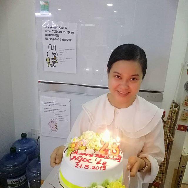 今日はうさぎやスタッフのNgocちゃん28歳の誕生日!うさぎや立ち上げからずっと手伝ってくれている彼女。彼女なくしてうさぎやはありません!素敵な1年になりますように♡.ホーチミンの日本人ゲストハウス兎家(うさぎや)ゲストハウスusagiyah.comLINE ID; usagiyahご予約、お問い合わせはLINEからでもOKです♪.#usagiyah #うさぎや #兎家 #兎家ゲストハウス #日本人宿 #ドミトリー #ゲストハウス #Guesthouse #ホーチミンゲストハウス #vietnam #ホーチミン #hochiminh #バックパッカー #backpacker #タビジョ #バックパッカー女子 #一人旅 #旅行 #海外旅行 #旅好きの人と繋がりたい #フォトジェニック #インスタ映え #誕生日 #誕生日ケーキ #誕生日おめでとう #Ngocちゃん