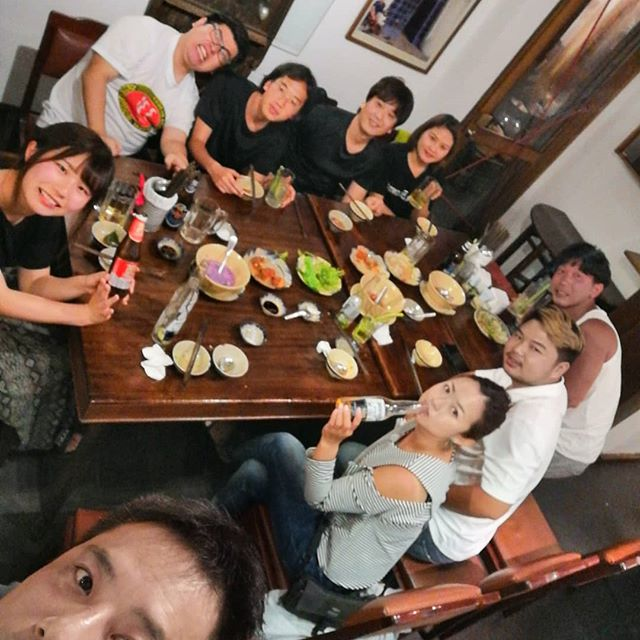 鎖国寸前のベトナム。僅かに残ったお客様とベトナム料理の名店へ行ってきました。ここクッグカックは昨年12月にオバマ前大統領がミッシェル夫人とお忍びで来られたお店です。通してもらった部屋はまさかのオバマ前大統領が食事をしたお部屋でした!もちろんオバマ前大統領がオーダーした料理をいただきました。さすがベトナム人も通う名店!めちゃくちゃ美味しくてあっという間に平らげてしまいました。しかも料金は1人約2,000円ととてもリーズナブル!世界はコロナでクタクタになってますが、元気出してがんばってこー!!!モッ、ハイ、バー、ヨー!.ホーチミンの日本人ゲストハウス兎家(うさぎや)ゲストハウスusagiyah.comLINE ID; usagiyahご予約、お問い合わせはLINEからでもOKです♪.#usagiyah #うさぎや #兎家 #兎家ゲストハウス #日本人宿 #ドミトリー #ゲストハウス #Guesthouse #ホーチミンゲストハウス #vietnam #ホーチミン #hochiminh #バックパッカー #backpacker #タビジョ #バックパッカー女子 #一人旅 #旅行 #海外旅行 #旅好きの人と繋がりたい #フォトジェニック #インスタ映え # # # # # # #